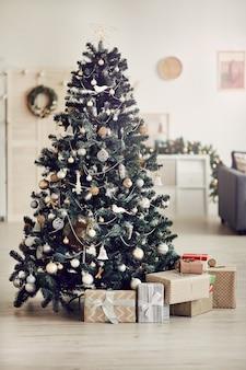 Красивая новогодняя елка дома