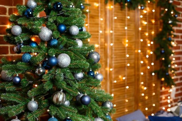 파란색과 은색 장난감으로 장식된 아름다운 크리스마스 트리