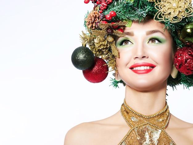 아름다운 크리스마스 트리 축제 헤어 스타일과 메이크업.