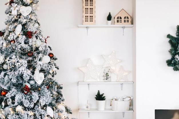 밝은 흰색 거실에서 아름 다운 크리스마스 트리입니다.