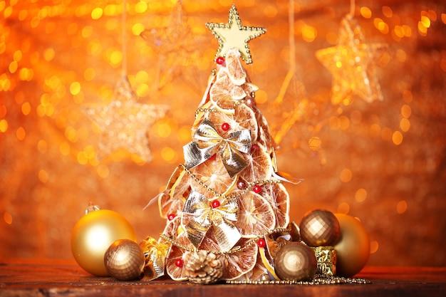 装飾が施されたドライレモンの美しいクリスマスツリー