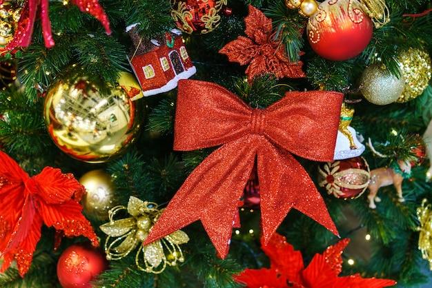 배경으로 장식 된 아름 다운 크리스마스 트리 크리스마스 조명 c에서 나무에 공으로 장식...