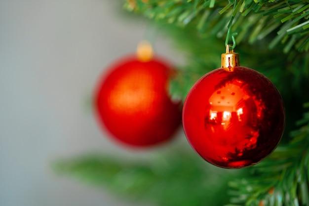 빨간 싸구려와 아름 다운 크리스마스 트리를 닫습니다