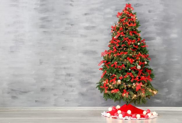 컬러 벽 배경에 치마가 있는 아름다운 크리스마스 트리