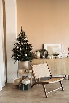 장난감, 싸구려, 수제 종이 선물 상자와 함께 아름 다운 크리스마스 트리. 크리스마스 축하를 위해 꾸며진 거실.