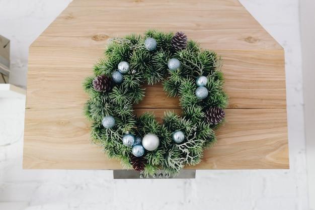美しいクリスマスリース、居心地の良いモダンなお祭りのインテリアデザイン要素