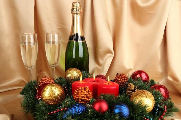 골드 패브릭 표면에 샴페인 구성의 아름다운 크리스마스 화환