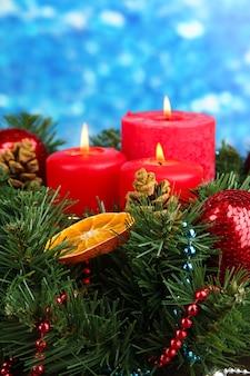 青い背景の美しいクリスマスリース