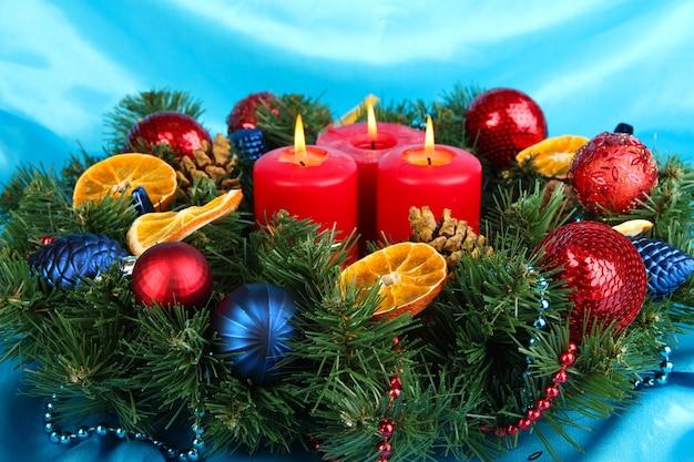 青い布の背景に美しいクリスマスリース