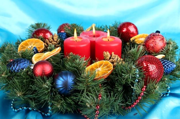 블루 패브릭 표면에 아름 다운 크리스마스 화 환