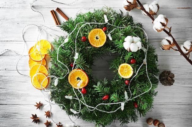 テーブルの上の美しいクリスマスリース