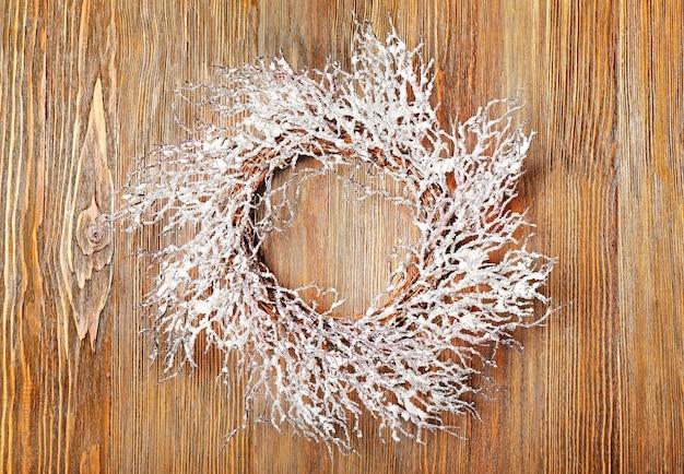 나무 표면에 아름 다운 크리스마스 화 환
