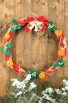 木製の壁に美しいクリスマスリース