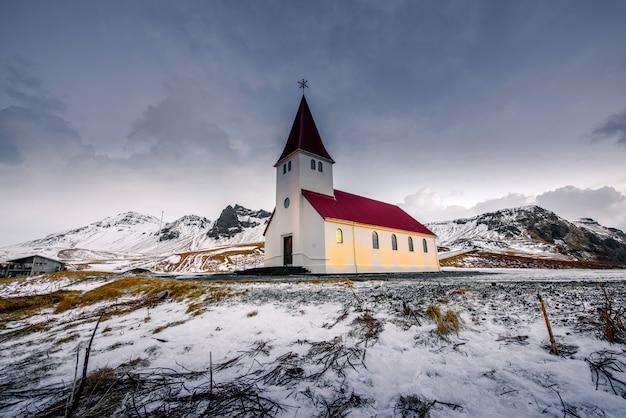 Красивая церковь в вик, исландия