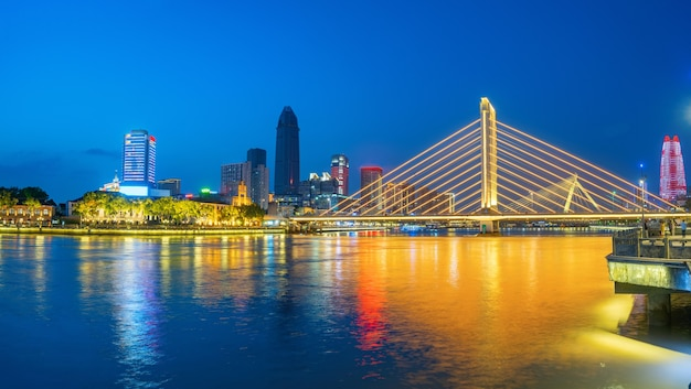 夜の美しい街のスカイライン、寧波、浙江省、中国