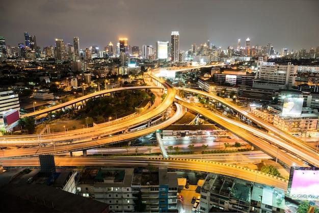 夜は繁華街の最高速道路に近い美しい街。