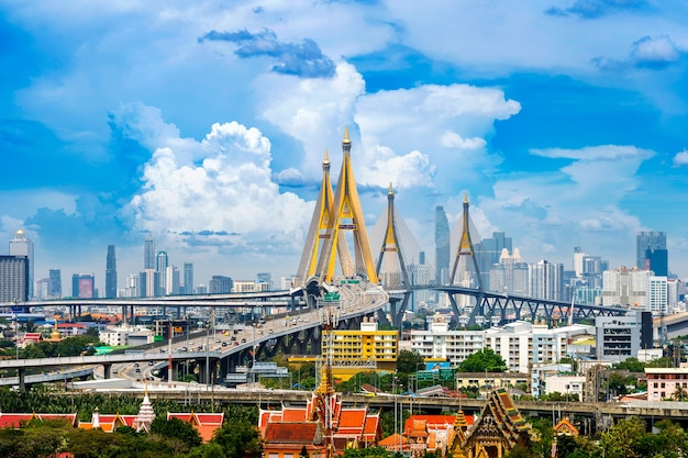 バンコクの美しい街並みとタイの高速道路橋。