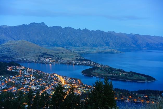 ブルーアワー、ニュージーランドの南島のクイーンズタウンの美しい街並み