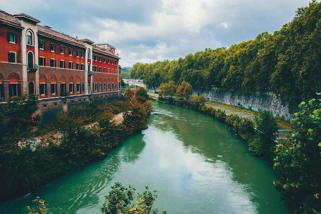 Красивый городской пейзаж русла реки шпрее в берлине