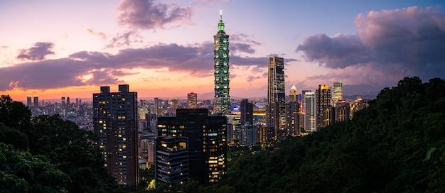 Красивый городской пейзаж тайбэя в сумерках