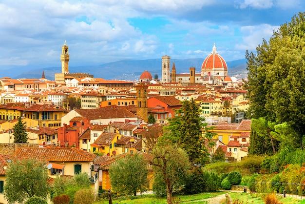 大聖堂とトッレディアルノルフォ、トスカーナ、イタリアのフィレンツェの美しい街並みのスカイライン