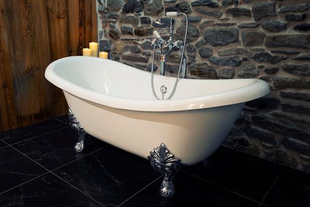 Красивая ванна в классическом стиле с белыми ножками на ножках из нержавеющей стали
