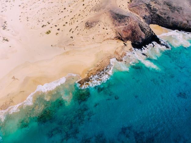 Красивый чистый пляж на острове лансароте, вид с воздуха