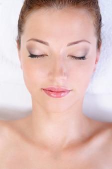 아름다운 깨끗한 여성 얼굴과 건강한 안색