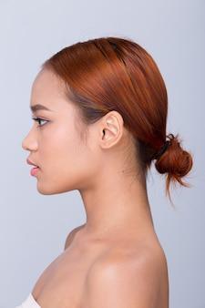 Красивая чистая кожа азиатская женщина с прямыми черными волосами с руками, руками, пальцами, лицом, позы, открытое плечо, улыбка, студийное освещение, белый фон, копия пространства, вид сзади, сзади