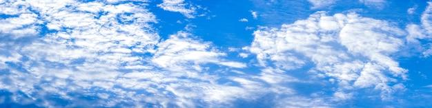 흰 구름 파노라마와 함께 아름 다운 깨끗 한 맑은 푸른 하늘