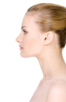 Il fronte della bella giovane donna pulita nel profilo - isolato su bianco