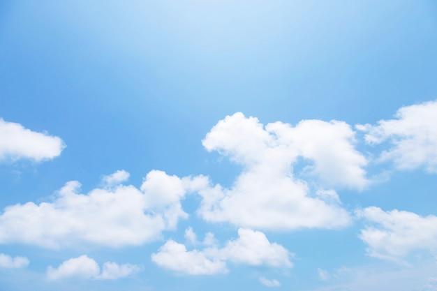 아침 시간 광선 햇빛에 작은 일반 흰 구름과 함께 아름 다운 맑고 푸른 하늘 배경. 텍스트를위한 공간. 소프트 포커스.