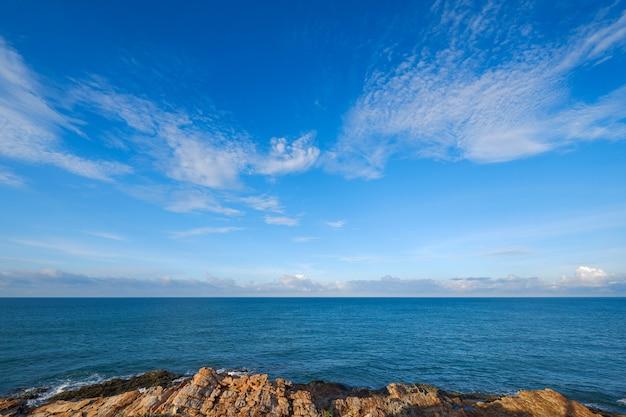 タイの美しい澄んだ空と深い青い海。