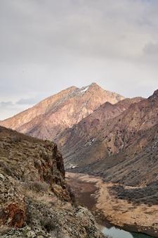 曇りの日にアルメニアのアザット貯水池を囲む山脈の美しいクローズアップショット