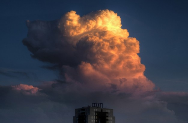 Bella nube sopra l'edificio