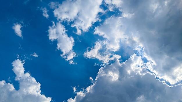 Красивые облака и голубое небо при дневном свете