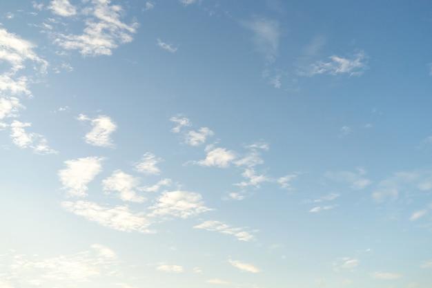 美しい雲と青い空。背景に柔らかい雲と柔らかい空。