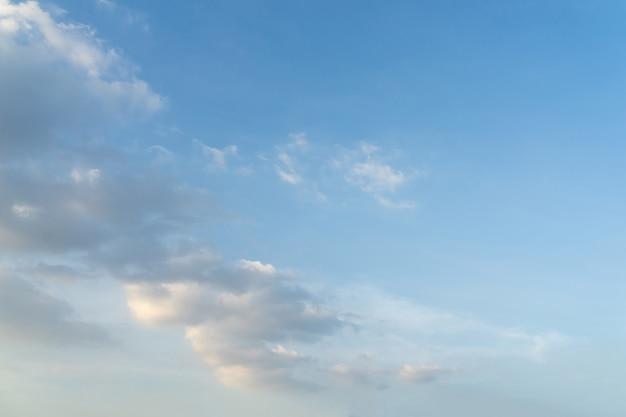 Красивые облака и голубое небо. мягкое небо с мягкими облаками для фона.