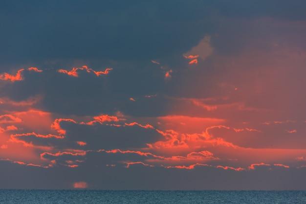 바다 위로 일출에 아름다운 구름