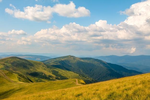 古い山々の頂上にある青い空の美しい雲