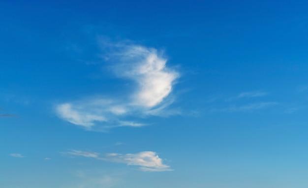 푸른 하늘 배경에 아름 다운 구름입니다. 크림 반도 흑해 연안.