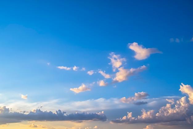 青い空の美しい雲
