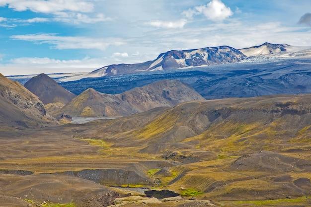 아이슬란드의 구릉지 풍경 위에 아름다운 구름. 멋진 여행을위한 자연과 장소