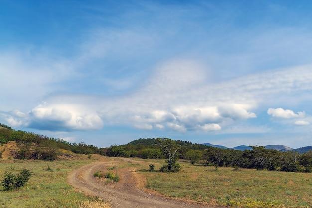 산 위에 아름 다운 구름입니다. 크림. 초반쿨레.