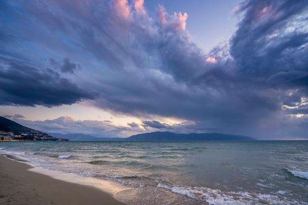 海に沈む夕日と美しい雲