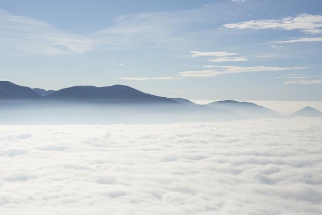 Красивые облака ниже швейцарских альп в тичино, швейцария.