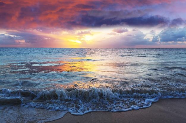 Красивые облака над морем на рассвете.