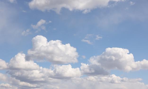 푸른 하늘 위에 밝은 흰 구름이 있는 아름다운 클라우드스케이프, 낮은 각도 보기