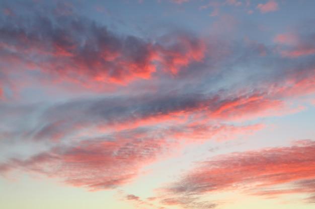 푸른 하늘 위에 붉은 솜털 일몰 구름, 낮은 각도보기와 아름 다운 cloudscape