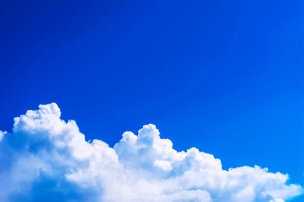 美しい曇り青空背景コピースペース